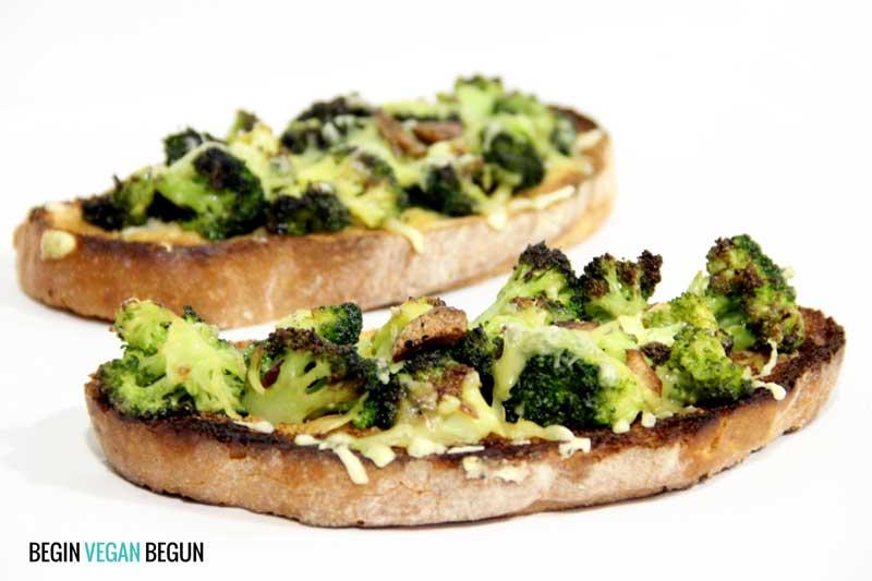 tostas veganas de brócoli y bechamel