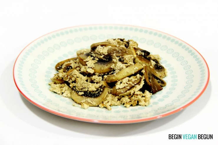 Revuelto vegano de champiñones y tofu