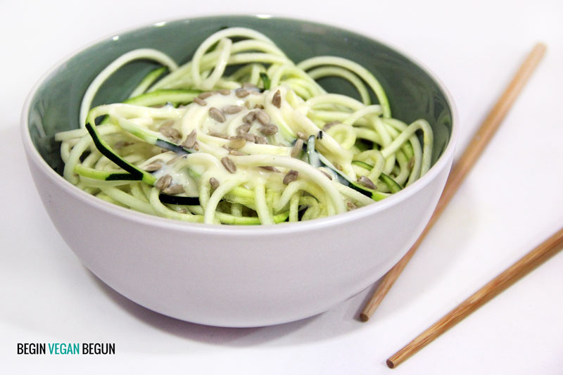 receta vegana de zoodles con salsa de yogur