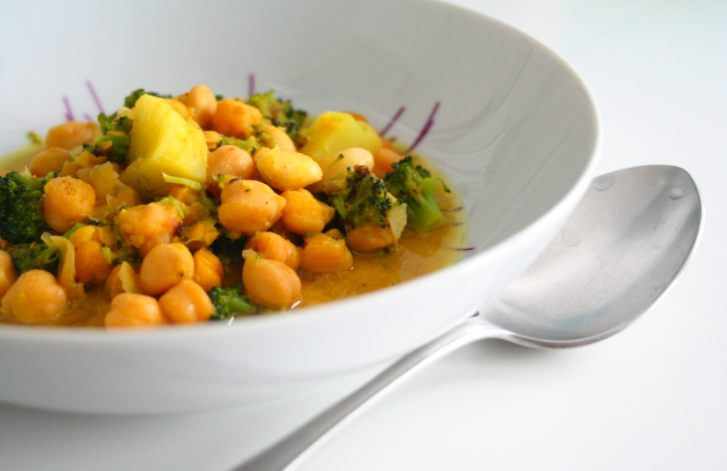 Garbanzos al curry con brócoli