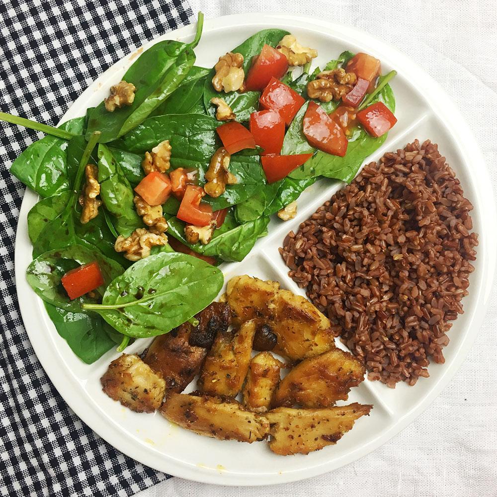 Plato completo: Heura con arroz salvaje y ensalada